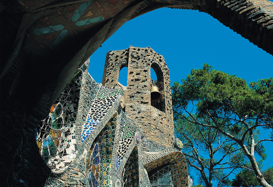 Torre exterior iglesia Colonia Guell